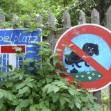 7593557_playground_no_dog_loo__sign_painted_by_children_in_berlin_the_german_capital_1_1335378392